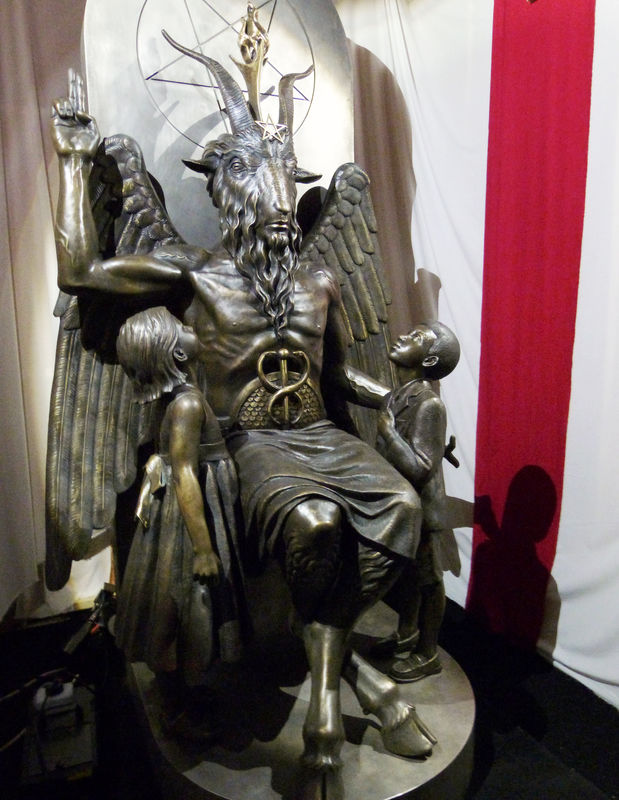 © Reuters. FILE PHOTO: A bronze statue of Baphomet -- a goat-headed winged deity that has been associated with satanism and the occult -- is displayed by the Satanic Temple during its opening in Salem